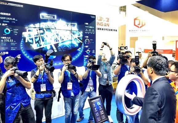 廣東省委副書記、省長馬興瑞現場體驗平安「全視通」互動演示系統