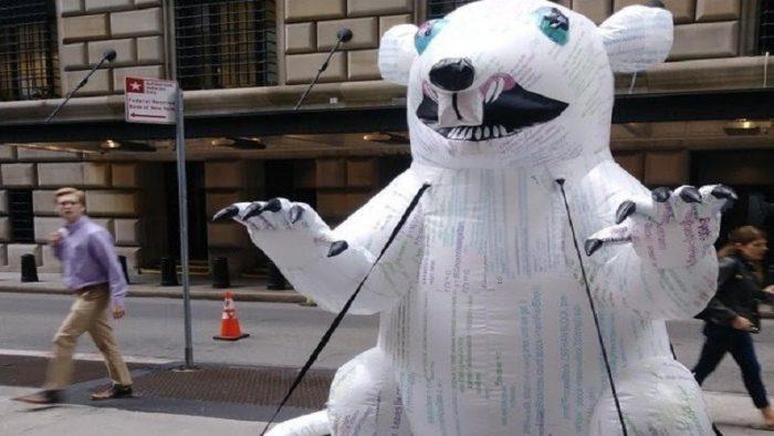 """華爾街出現了一隻抗議美聯儲的巨型""""比特幣老鼠"""""""