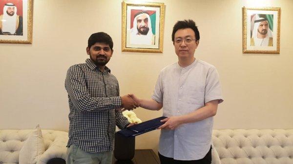Let's Fly Free行政總裁Rajendra Alapati(左)和Locus Chain Foundation行政總裁Sang Yoon Lee(右)