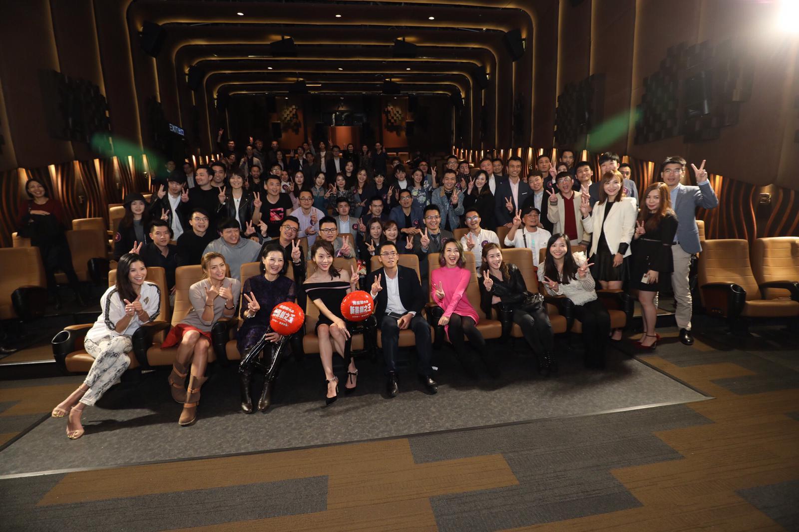 區塊錬娛樂平台伙新喜劇之王舉行祝酒會,女主角鄂靖文及田雞一同出席