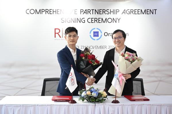 Rikkeisoft首席执行官Phan The Dung与Oraichain首席执行官Chung Dao博士在合作协议签署仪式上合影